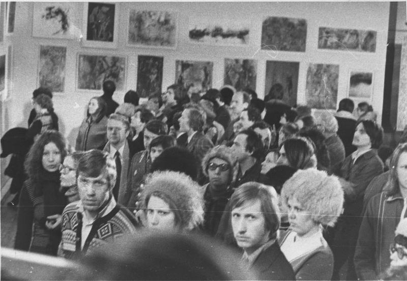Посетители на персональной выставке Е. Г. Михнова-Войтенко в ДК им. Дзержинского