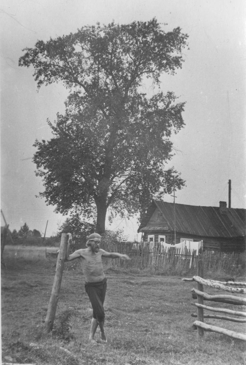 Е. Г. Михнов-Войтенко в деревне Авдеево, 1979 год