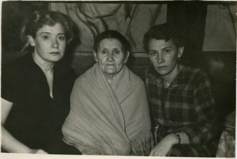 Мама, бабушка и тётя