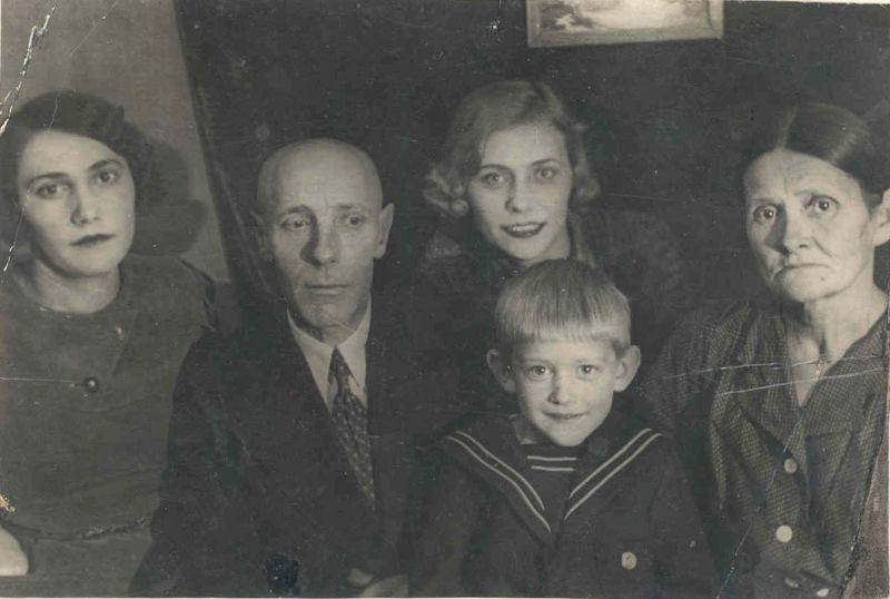 Евгений Михнов с тётей Еленой, дедушкой Александром Григорьевичем, мамой и бабушкой Софьей Васильевной. декабрь 1938 года