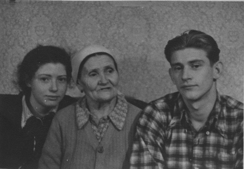 Евгений Михнов-Войтенко с бабушкой Софьей Васильевной и сестрой Людмилой, между 1949-1951 гг.